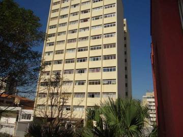 Apartamento com 34 m² e bela localização no centro de Piracicaba, tipo kitnet. Possui sala, cozinha, banheiro e dormitório com armários. Aceita financiamento.