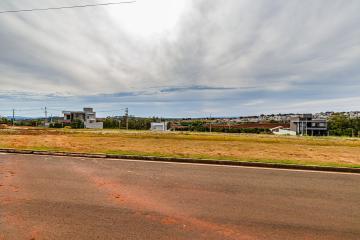 Terreno em ótima localização dentro do condomínio, com 309,91 m², declive.  Aceita financiamento.  Digimobi