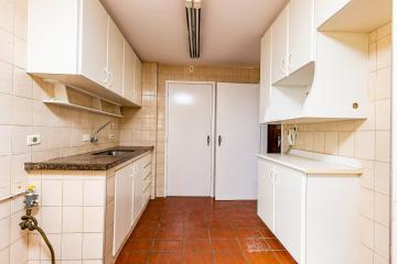Ótimo apartamento na região central, 03 dormitórios com armários, sendo 01 suíte, sala 02 ambientes, cozinha planejada, banheiro social com box e gabinete, área de serviço com armários e banheiro, garagem com 01 vaga.