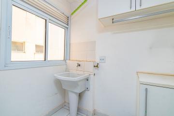 Excelente apartamento, em ótima localização, com 3 dormitórios, sendo uma suíte com ar condicionado, banheiros com gabinete e box, sala, cozinha planejada, lavanderia repleta de armários, uma vaga de garagem coberta.