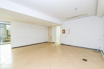 Excelente sala comercial, localizado na região central, próximo ao Poupa Tempo. A sala tem 119,53 m² de área útil, possui espaço para recepção com divisão para 2 salas, copa e cozinha, 2 banheiros e 1 vaga de garagem.  Estuda financiamento.