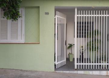 Casa com sala, 02 dormitórios, sala, cozinha, banheiro. Próximo ao fórum.