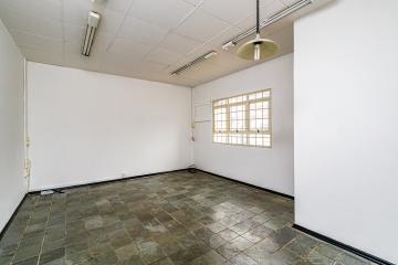 Sala comercial em ótima localização com 25 metros, 1 banheiro privativo.