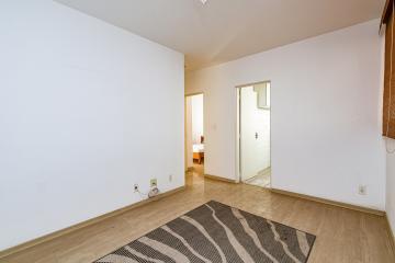 Apartamento em excelente localização no bairro Jardim Elite, com sala 2 ambientes, 2 dormitórios, 01 com armário, banheiro social com gabinete e box, cozinha planejada, 1 vaga. Aceita Financiamento e FGTS.