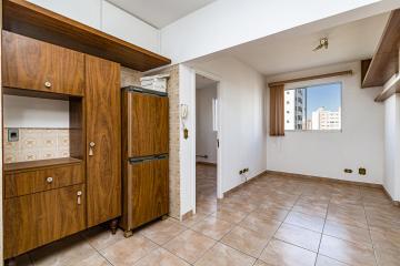 Excelente apartamento, com sala, suíte com armários embutidos e banheiro com gabinete e box e cozinha.
