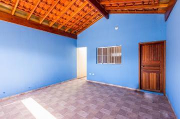 Imóvel em rua tranquila contendo 02 dormitório, sala, cozinha com gabinete, banheiro social com gabinete, lavanderia coberta, quintal e 01 vaga.