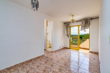 Sala 2 ambientes com sacada, 2 dormitórios com persiana, banheiro com box, cozinha com armário, lavanderia, 1 vaga coberta, área fitiness, quadra, playground.