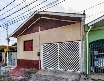 Casa contendo 2 dormitórios com sala, cozinha, 1 banheiro, área de serviço e quintal coberto, 1 vaga de garagem.