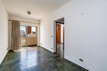 Excelente oportunidade, apartamento no centro de Piracicaba. Mede 50m² distribuído em sala com sacada, 1 dormitório com armário embutido, banheiro social com box e gabinete, cozinha completa (gabinete e armários), área de serviço e 1 vaga de garagem coberta. Estuda financiamento.