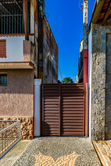 Kitnet com 28m² próxima a Esalq, com sala/quarto, cozinha com gabinete e cooktop, banheiro com box blindex. Água e IPTU incluso no valor do aluguel.