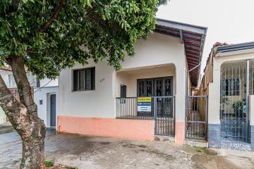 Casa charmosa estilo clássico na Vila Rezende com 3 dormitórios, sendo 1 suíte, sala de jantar, sala, cozinha, entrada lateral e quintal com churrasqueira. Aceita financiamento.