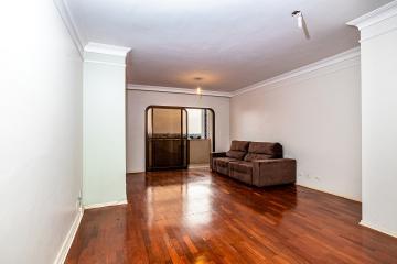 Apartamento em excelente localização, em andar alto, com 3 dormitórios sendo 1 suíte, sala para 2 ambientes, cozinha reformada completa de armários, lavanderia, dependências de empregada e 2 vagas de garagem.  Aceita financiamento e FGTS.