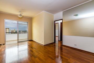 Apartamento em bairro tranquilo com 02 dormitórios repletos de armários, sendo 01 suite com ar-condicionado, sala 02 ambientes, painel e ar-condicionado split, cozinha com armários, amplo espaço em área de serviço e lavanderia, 01 vaga coberta.