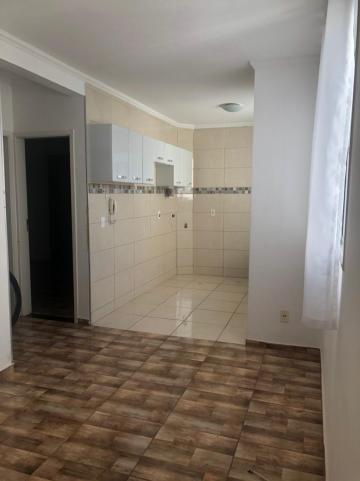 Apartamento com 2 dormitórios, um com armário, sala, cozinha com armários, banheiro com gabinete, 1 vaga de garagem.