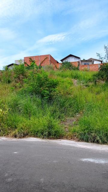 Terreno em aclive com 185,50 m², em frente a área verde. Sendo 7 m² de frente por 26,5 m² da frente aos fundos. Aceita financiamento.