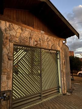 Excelente imóvel residencial, próximo a avenida Rio das Pedras, medindo 158m² de terreno, 2 dormitórios, sala, cozinha com gabinete, banheiro social com box em vidro temperado, ampla área de serviço, quintal com jardim e 2 vagas de garagem.