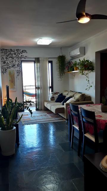 Apartamento mobiliado tem 2 quartos, 1 banheiro, sala de estar e jantar, varanda, cozinha, lavanderia, 1 vaga de garagem. Tem ar-condicionado Inverter novo na sala e em um dos quartos. Está localizado no bairro São Judas, entre as avenidas Carlos Botelho e Independência, próximo à ESALQ e ao Fórum, com vista para o sol poente.