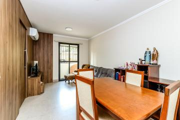Apartamento mobiliado com sala dois ambientes, ar condicionado e sacada , 2 dormitórios com armários (sendo 1 com ar condicionado), banheiro social com gabinete e box, cozinha com armários.  1 vagas de garagem.
