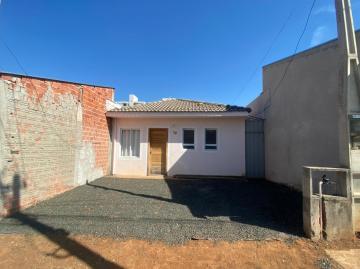Casa com 2 dormitórios, 1 banheiro, cozinha, 2 vagas descobertas, lavanderia e quintal.