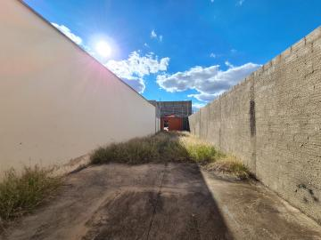 Galpão com 60m², em terreno de 175m². Portão galvanizado e 01 banheiro.
