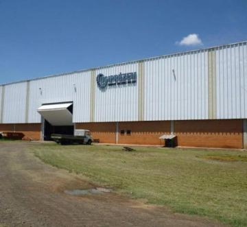 Galpão Industrial no Uninorte localizado próximo ao Anel Viário, interligando às principais rodovias que unem Piracicaba às cidades da região e às vias de escoamento de produção, como as Rodovias Anhanguera e a dos Bandeirantes. Medindo 9.930,47m² de terreno e 2.560,00m² de construção, todo murado com portão eletrônico, contendo  7.000m² de pátio de manobra, 2.100 de galpão com ótima estrutura construtiva, área de almoxarifado e estoque com aproximadamente 160m² inserido ao galpão, piso de alta resistência, telha de zinco, duas pontes rolantes de 10 ton, transformador, rede trifásica, refeitório, espaço enfermaria, vestiário, ampla recepção com dois banheiros, prédio de alvenaria com aproximadamente 400m² para escritório sala diretoria, com ampla área para departamentalização, com piso cerâmico e banheiros.