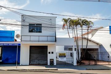 Casa em avenida próximo a vários comércios, restaurantes, bancos, com 02 dormitórios, cozinha com gabinete, quintal. 01 vaga de garagem. A taxa do condomínio inclui água!