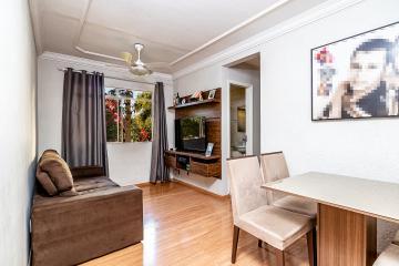 Apartamento com bom acabamento próximo da portaria, sendo 2 dormitórios, sala 2 ambientes com acabamento em gesso, cozinha com gabinete, banheiro social, 1 vaga de garagem. Estuda financiamento e FGTS.