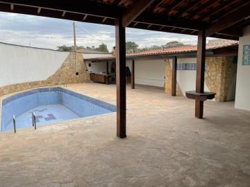 Edícula para venda reformada com 2 dormitórios, cozinha interna, sala ampla, área gourmet com churrasqueira, forno e piscina. Aceita financiamento.