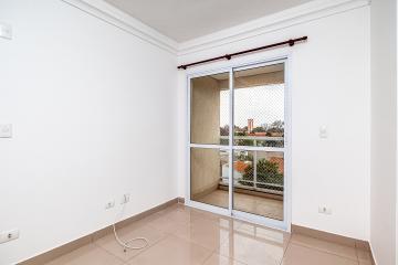 Apartamento lindíssimo e prático em bairro tranquilo e próximo das universidades. 01 dormitório com ar condicionado e armário planejado, banheiro com gabinete e espelho, cozinha com armário planejado, sala, sacada com churrasqueira e pia.