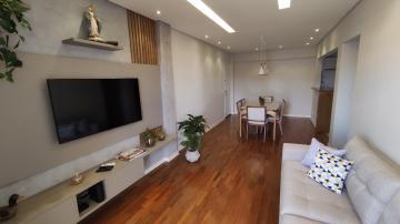 Apartamento reformado, 2 dormitórios planejados, sendo 1 suíte, sala ampla 2 ambientes com rebaixamento e iluminação embutida, com cozinha planejada integrada, banheiro social, área de serviço e 2 vagas de garagem. Aceita financiamento e FGTS.