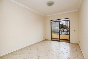 Apartamento bem localizado na Vila Monteiro contendo: Sala 2 ambientes com sacada, banheiro social com gabinete e box, cozinha com gabinete, lavanderia com banheiro de serviço. 2 dormitórios com armários embutidos. 1 vaga de garagem.  Agende já sua visita.