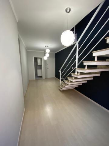 Excelente cobertura, com 2 dormitórios repletos de armários, sendo uma suíte com ar condicionado, sala dois ambientes, cozinha planejada, terraço com churrasqueira, pia com gabinete, vista privativa. Ótimo imóvel!