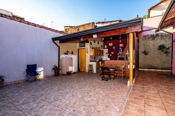 Terreno já murado e com portão em região privilegiada dentro do condomínio. Possui espaçosa área gourmet coberta com churrasqueira e forno a lenha.  Estuda permuta e Financiamento.