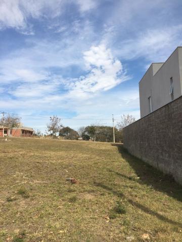 Terreno em condominio fechado de 210 m² (10,50m por 20,00m) com aclive. Aceita financiamento.