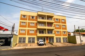 Apartamento com 70m² contendo 2 dormitórios com armários, sala com sacada, banheiro social com box e gabinete, cozinha com gabinete e balcão americano, 1 vaga. Localizado a 5 minutos do centro da cidade.