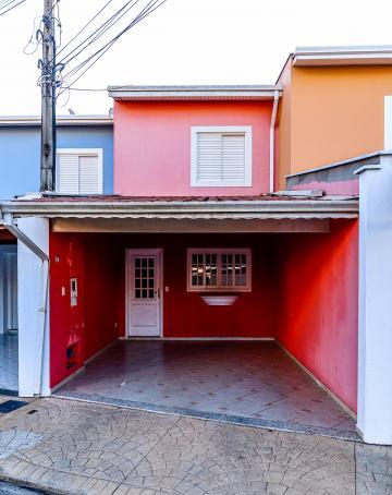 Charmosa casa em condomínio fechado com dois quartos, banheiro social, sala para dois ambientes, cozinha tipo americana, banheiro externo. Vaga coberta.