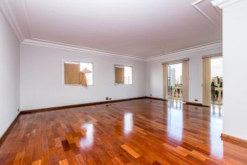 Lindo apartamento com 164 m², totalmente reformado, sala 2 ambientes com sacada e persiana, lavabo, sala de TV, banheiro com box e gabinete, 2 dormitorios com armarios sendo 1 suite, cozinha planejada, lavanderia, dormitorio e banheiro de empregada, 3 vagas. Localizado na região central.
