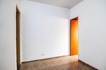 Apartamento em ótima localização central, contendo sala, quarto com armários, cozinha com gabinete e armário, banheiro com box, área de serviço.
