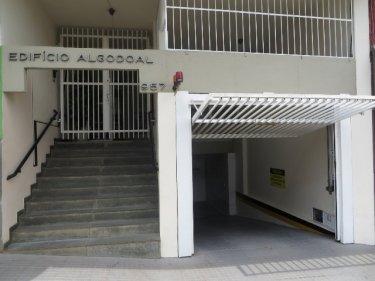 Apartamento localizado no centro da cidade entre as ruas Governador e Benjamin, contendo 49m² de área útil, sala para 2 ambientes, 1 dormitório com armário, cozinha, área de serviço, 1 vaga coberta. Prédio com elevador. Estuda financiamento.