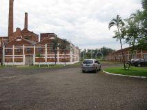 Escritório com 122 m² com recepção, 3 salas, copa e banheiro + Galpão com aproximadamente 900 m² (com 5 m de pé direito) + Pátio de aproximadamente 600 m² para estacionamento.