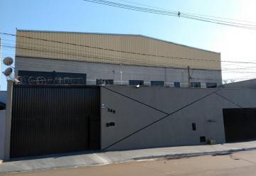 Galpão diferenciado com 790m² de terreno, 790m² de galpão e 270m² de escritório, sendo: Galpão com 8 metros de pé-direito nas laterais e 10,5 metros ao centro com respiro, todo edificado em blocos estruturais, com paredes rebocadas, com grafiato e pintadas, piso de alta resistência de 20 cm de espessura, ponte rolante de 5 toneladas com estrutura metálica interna, acionamento via cabo e controle remoto sem fio, 7 vagas cobertas no recuo, tendo a opção de abertura da cobertura em 3 vagas com controle remoto, portões com acionamento eletrônico .