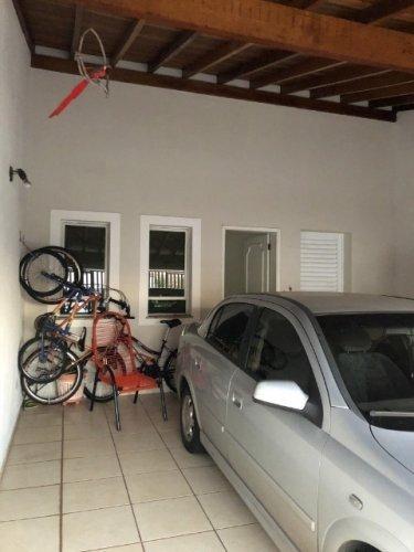 casa com abrigo para 2 carros, sala, cozinha, banheiro, 2 dormitorios, lav., e quintal