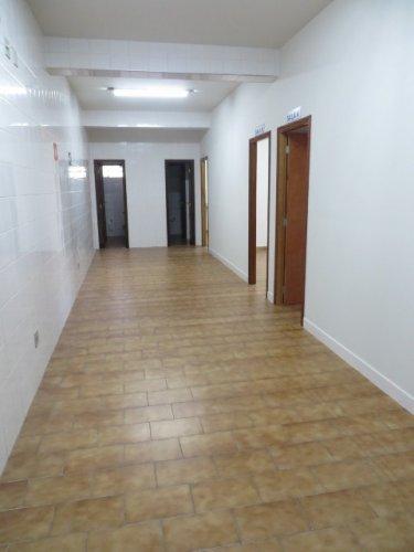 Sala em conjunto comercial medindo 31m² com  vista para a avenida Rio Claro, banheiro de uso coletivo.