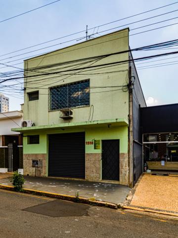Sala comercial em localização central, em rua de intenso fluxo de veículos, próxima ao clube Sesc com 10m², banheiro e copa.