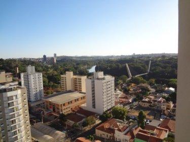 Kitnet localizada no centro da cidade, andar alto, medindo 34m², sala/ dormitório, cozinha, banheiro e área de serviço. Portaria 24 horas. Aceita financiamento e FGTS.