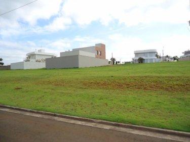 Excelente lote em condomínio fechado de alto padrão, área total de 489m², localização privilegiada na parte plana. Condomínio possui clube com: piscinas, academia, espaço gourmet, churrasqueira, campo de futebol e quadra de tênis. Estuda permuta com apto em São Paulo ou Curitiba.